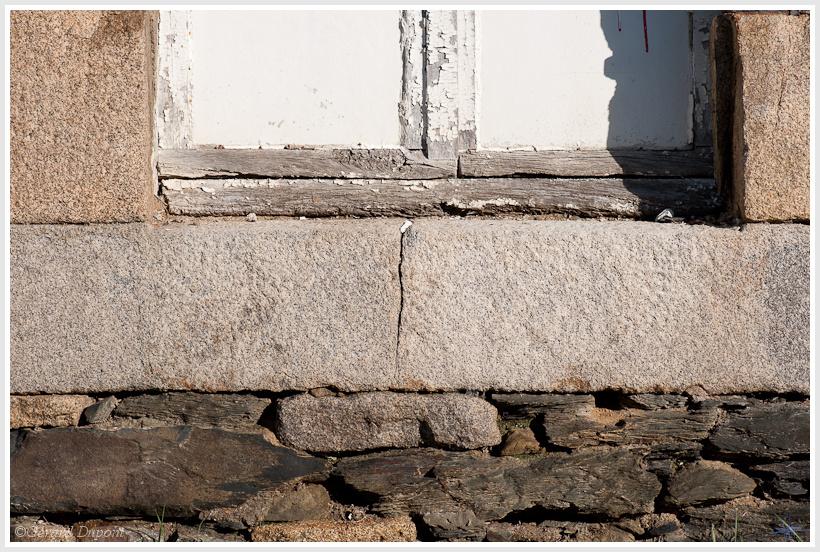 petite ouverture dans un mur en pierres. Black Bedroom Furniture Sets. Home Design Ideas